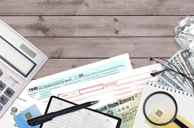 Irs vormen 1040 individuele aangifte inkomstenbelasting en w-2 loon- en belastingstaat Premium Foto