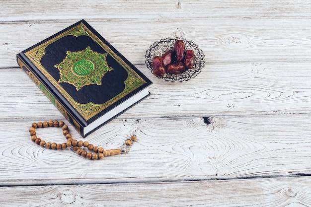 Islamitisch heilig boek op houten oppervlaktelijst Premium Foto
