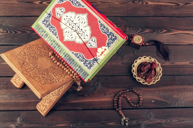 Islamitisch heilig boek op houten tafel Premium Foto