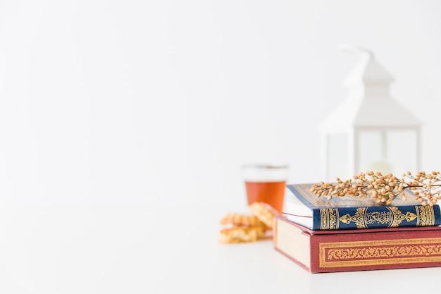 Islamitische boeken met lantaarn en tak Gratis Foto