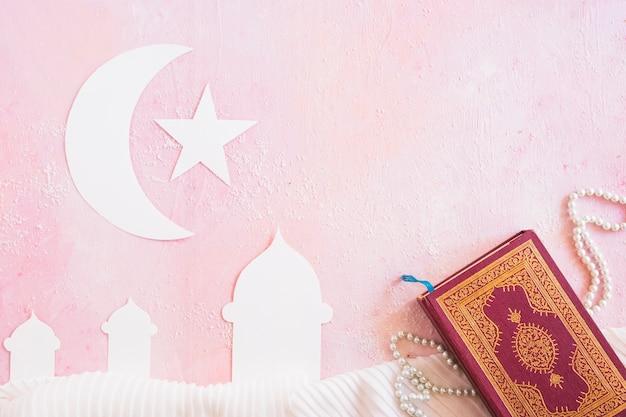 Islamitische symbolen en boek Gratis Foto