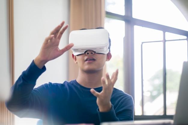 It-ingenieur en programmeur testen van software en werken met vr-headset aan. Premium Foto