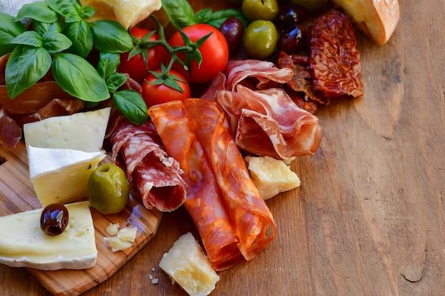 Italiaans voorgerecht met prosciutto en kaas Premium Foto