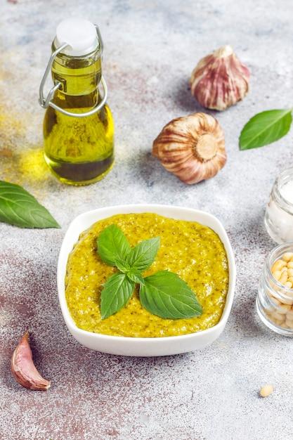 Italiaanse basilicum pestosaus met culinaire ingrediënten om te koken. Gratis Foto