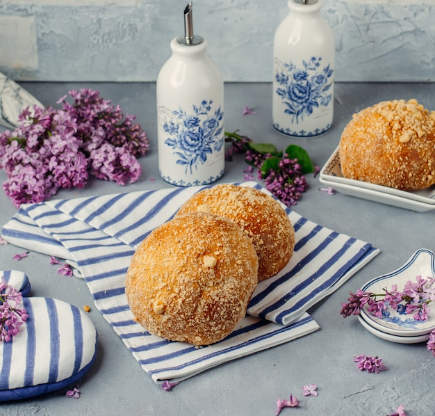 Italiaanse bomboloni op een tissue met bloemen rond. Gratis Foto