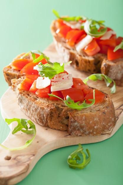 Italiaanse bruschetta met rucola van tomatenparmezaanse kaas Premium Foto