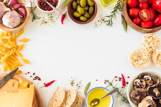 Italiaanse deegwareningrediënten op witte achtergrond met ruimte voor tekst Gratis Foto