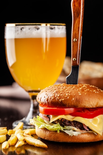 Italiaanse hamburger met frietjes. Premium Foto