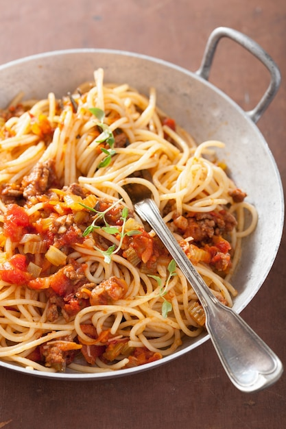 Italiaanse pasta spaghetti bolognese koken Premium Foto