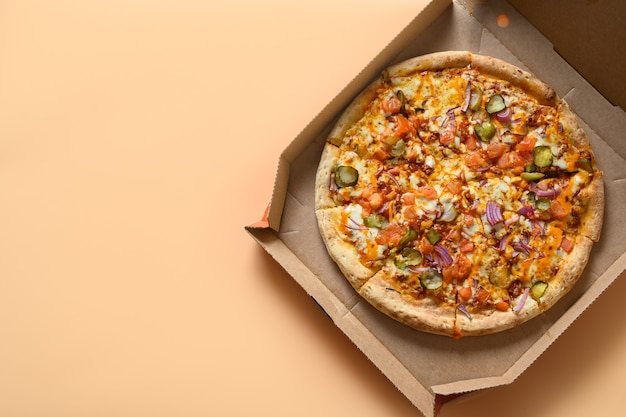 Italiaanse pizza's met tomaat, ui, mozzarellakaas, saus Premium Foto