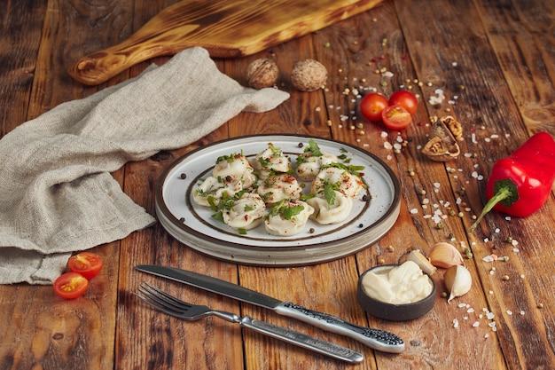 Italiaanse ravioli pasta met greenson houten tafel Premium Foto