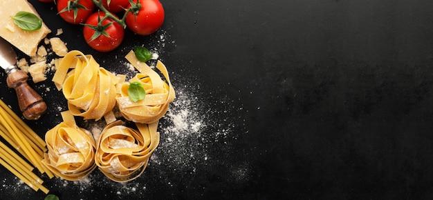 Italiaanse voedsel pasta voedsel achtergrond Premium Foto