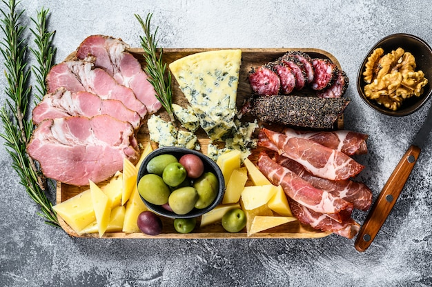 Italiaanse voorgerechten of antipastoset gemengde delicatessen van kaas en vleessnacks Premium Foto