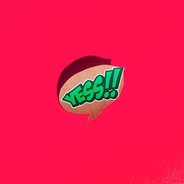 Ja woordtekst op tekstballon op rode achtergrond Gratis Foto