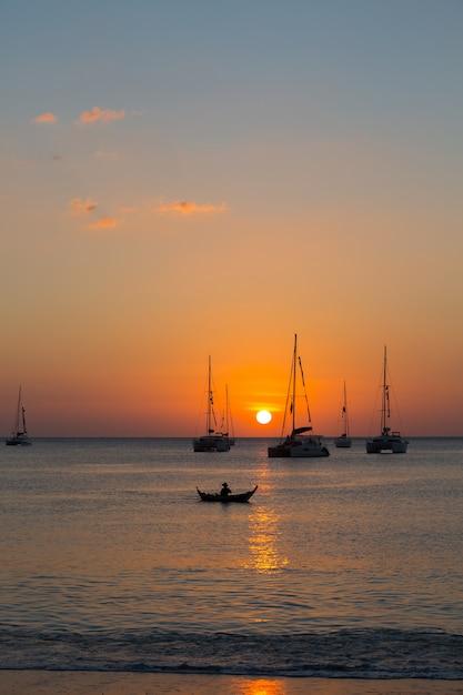 Jacht in de zee tijdens zonsondergang Gratis Foto