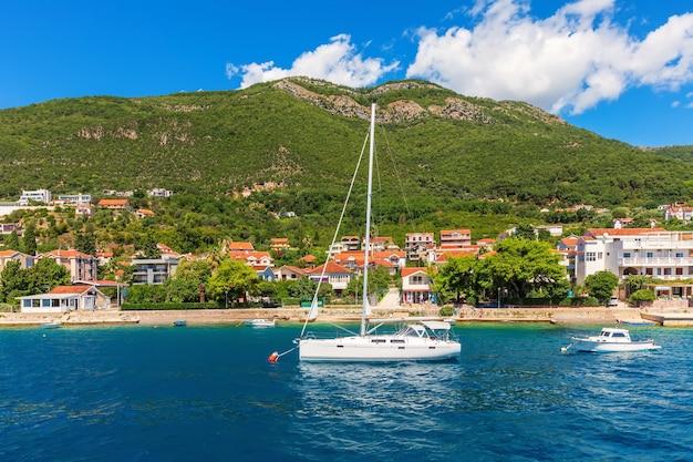 Jachten in de buurt van de adriatische kust in de baai van kotor, montenegro. Premium Foto