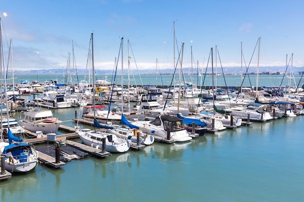 Jachten in de haven van san francisco Premium Foto