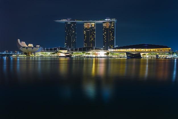 Jachthavenbaai singapore bij schemer, de stadshorizon van singapore Premium Foto