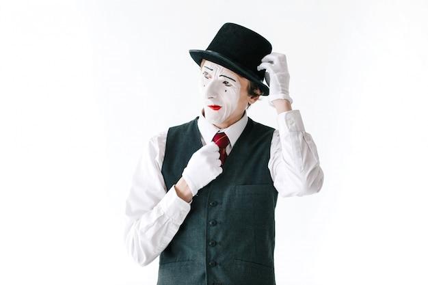 Jaloerse mime fixeert zijn hoed Gratis Foto