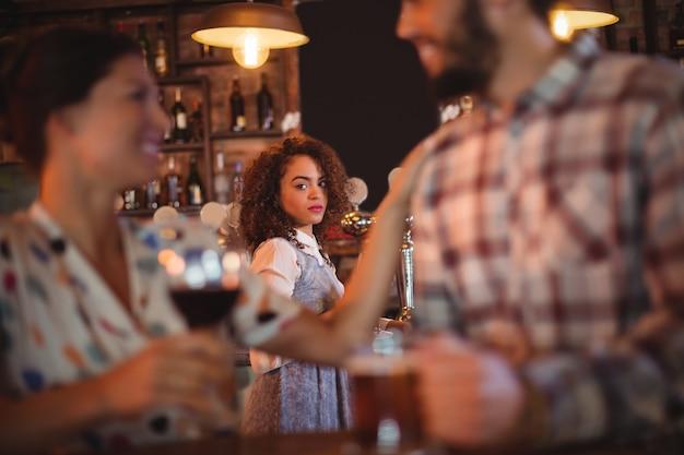 Jaloerse vrouw kijken naar paar flirten met elkaar Premium Foto