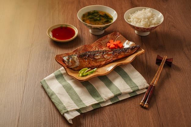 Japan eten, gegrilde saba of makreel met zoete saus geserveerd met miso soep en gekookte rijst geplaatst op houten tafel Premium Foto