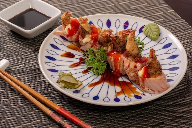 Japans, aziatisch eten schotel met garnalen en zalm sushi met groenten en saus Premium Foto