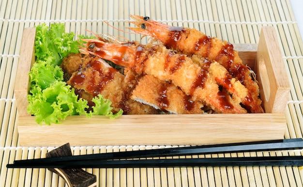 Japans eten - gefrituurde tempura garnalen en gebakken varkensvlees. Premium Foto