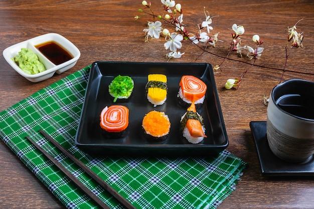 Japans eten, sushi op tafel Premium Foto