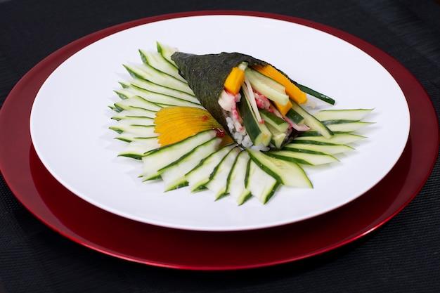 Japans eten sushi roll temaki met verse vis en groenten Premium Foto