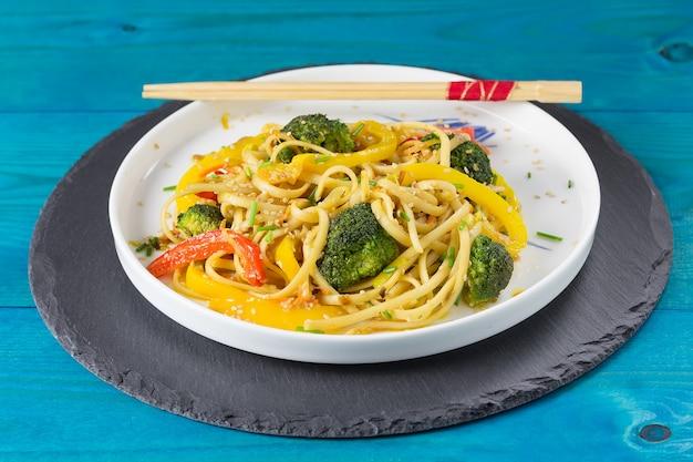 Japans roerbak udonnoedels met groenten op een witte plaat Premium Foto