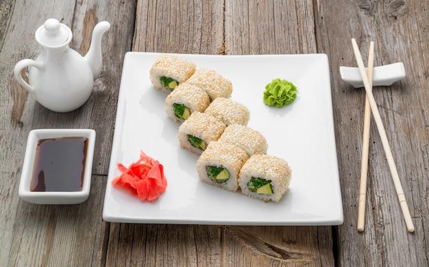 Japans traditioneel sushivoedsel en broodjes met verse zeevruchten Premium Foto