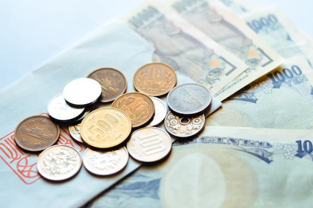 Japanse bankbiljetten en munten voor het bedrijfsleven Premium Foto