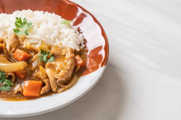 Japanse curryrijst met gesneden varkensvlees, wortel en uien Premium Foto