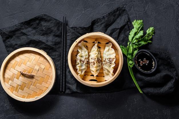 Japanse gyoza in een traditionele bamboestoomboot. Premium Foto