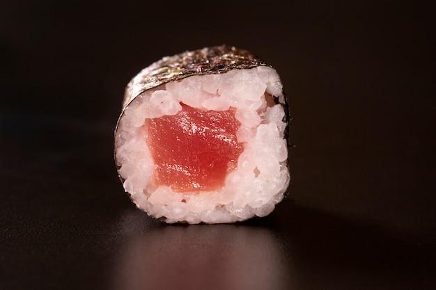 Japanse keuken. een vrede van sushi roll geïsoleerd op zwarte achtergrond close-up shot Premium Foto