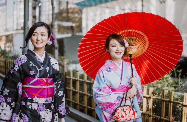 Japanse meisjes die kimono's traditionele kleding, levensstijlmomenten dragen Premium Foto