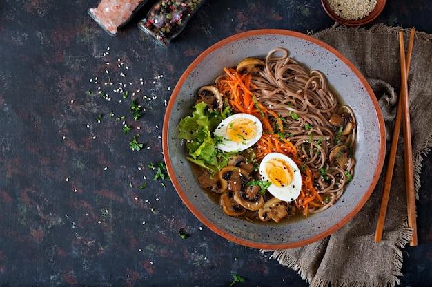 Japanse miso ramen noedels met eieren, wortel en champignons. soep lekker eten. plat leggen. bovenaanzicht Premium Foto