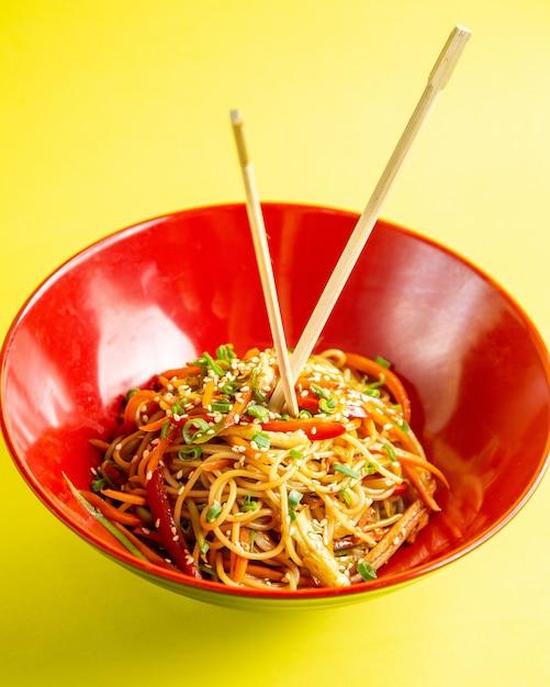 Japanse noedels met groenten zijaanzicht Gratis Foto