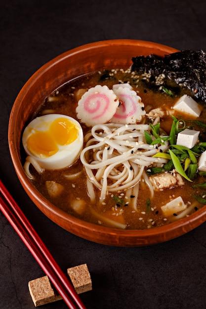 Japanse ramen-soep met noedels, ei, tofu, nori, in een japans gerecht. Premium Foto