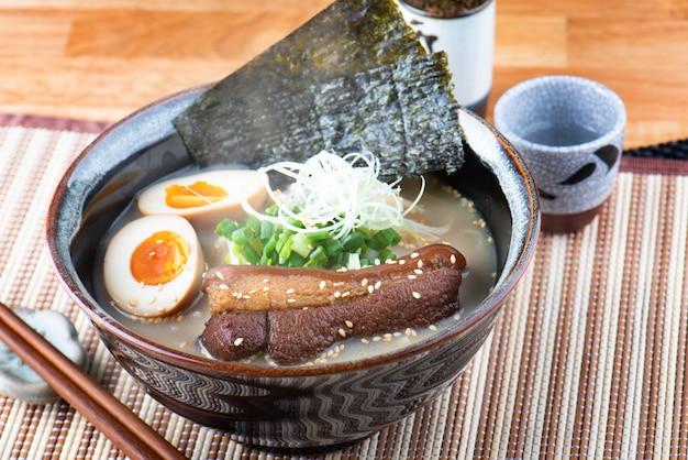 Japanse stijl noodle tonkotsu ramen. Premium Foto