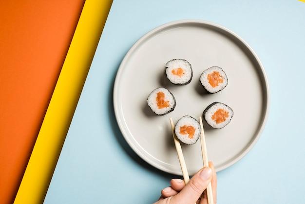 Japanse sushischotel met eetstokjes Gratis Foto