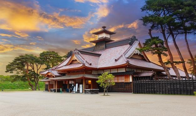 Japanse tempel in de zomer in hakodate, hokkaido, japan in zonsondergangtijd Premium Foto