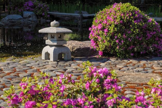Japanse tuin. begin van de bloei in het voorjaar. lente bloem achtergrond. Premium Foto