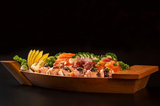Japanse voedselcombo op zwarte achtergrond Premium Foto