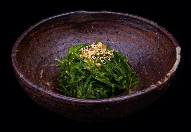 Japanse zeewiersalade of hiyashi-suikerwakame. Premium Foto
