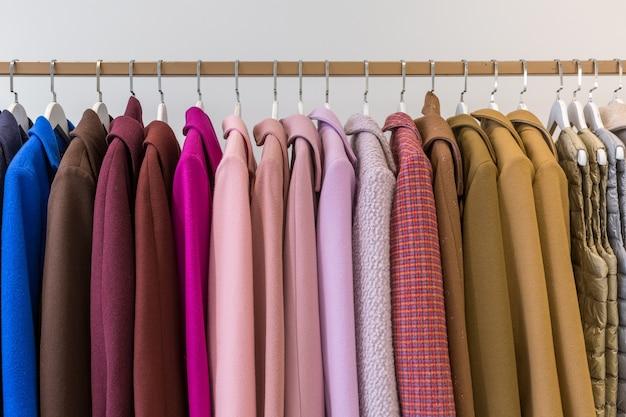 Jassen en jacks aan kleerhangers in een winkel Premium Foto