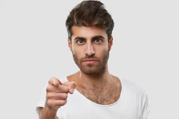 Je moet goed naar me luisteren! strikte ongeschoren man met ernstige gezichtsuitdrukking, wijst rechtstreeks met wijsvinger, draagt vrijetijdskleding Gratis Foto