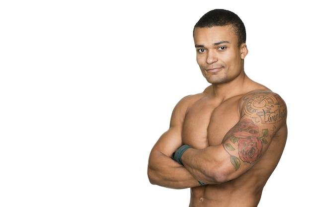 Je sterk en gezond voelen. jonge knappe fitness man glimlachend geïsoleerd op wit Premium Foto