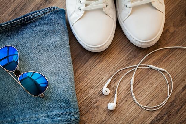 Jeans en witte sneakers op de winkelplank Premium Foto