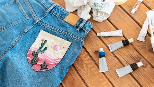 Jeans met hoge hoek en geverfde zak Gratis Foto